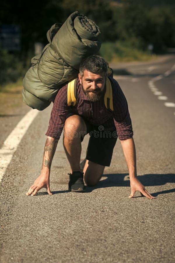 Ταξιδιωτικό χαμόγελο ατόμων με το σακίδιο πλάτης στη θέση έναρξης να τρέξει στοκ φωτογραφία με δικαίωμα ελεύθερης χρήσης