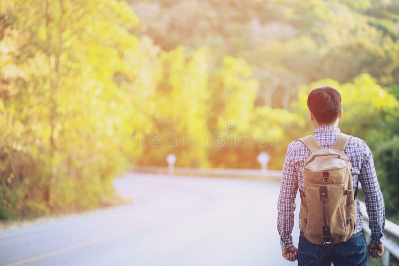 Ταξιδιώτες με την αναμονή τα λεωφορεία για να ταξιδεψουν γύρω από τα βουνά στοκ φωτογραφίες