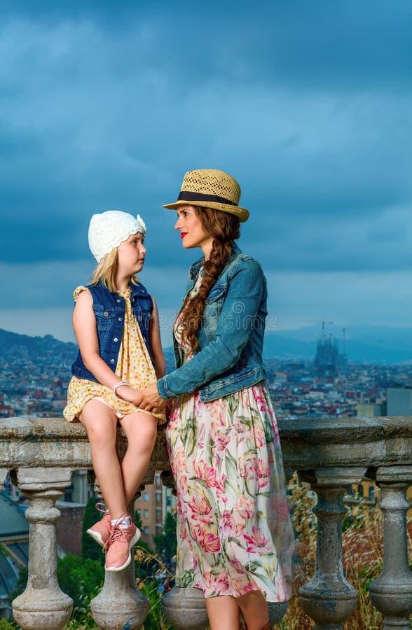 Ταξιδιώτες μητέρων και κορών στη Βαρκελώνη που απολαμβάνουν το βράδυ στοκ φωτογραφία