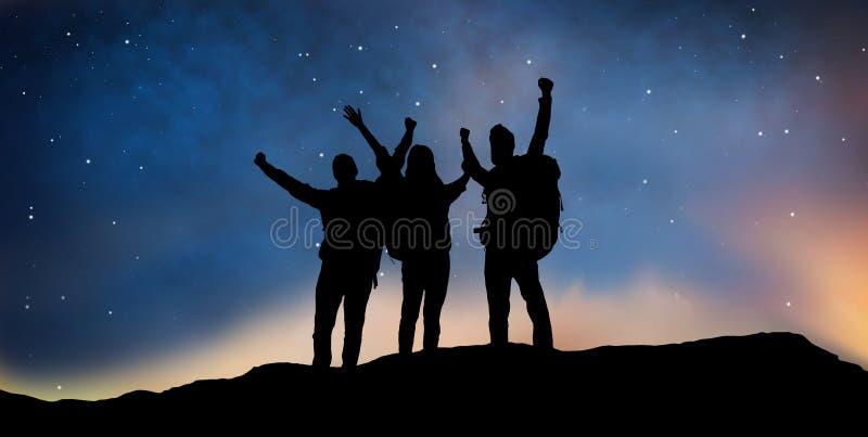 Ταξιδιώτες που γιορτάζουν την επιτυχία πέρα από το νυχτερινό ουρανό ελεύθερη απεικόνιση δικαιώματος