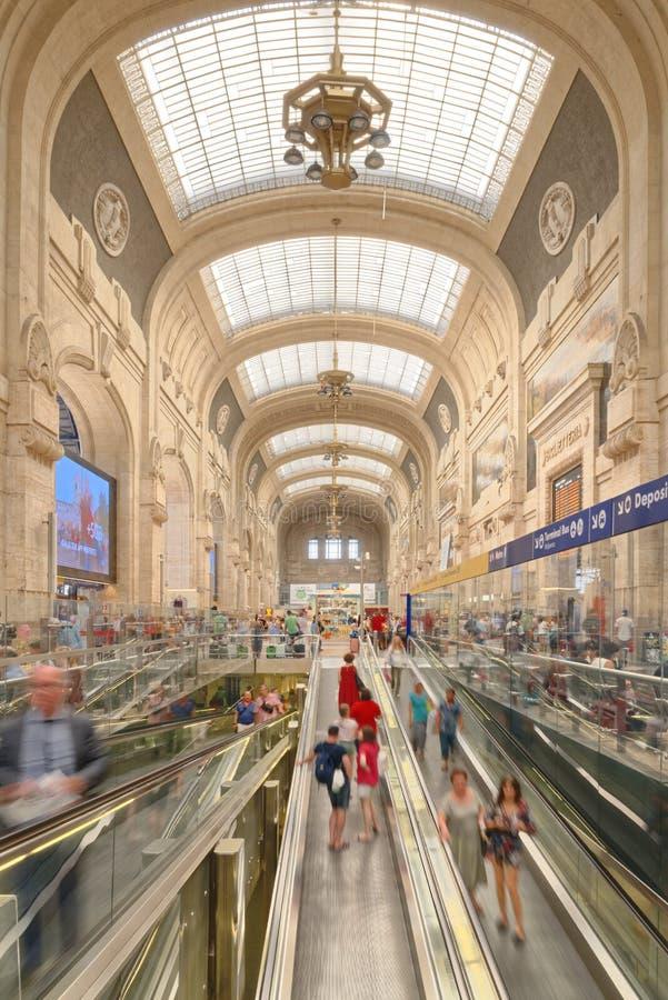 Ταξιδιώτες στον κεντρικό σταθμό τρένου του Μιλάνου, Μιλάνο, Ιταλία στοκ φωτογραφία
