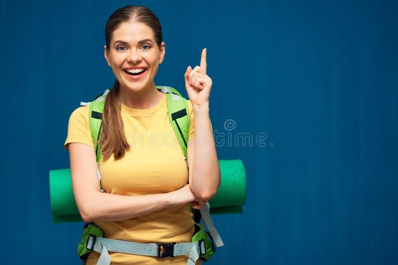Ταξιδιώτης γυναικών με το σακίδιο πλάτης που δείχνει το δάχτυλο στοκ εικόνες με δικαίωμα ελεύθερης χρήσης