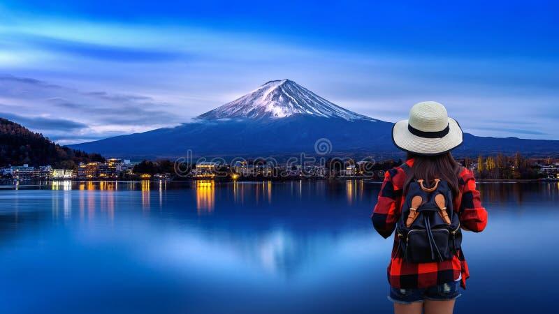 Ταξιδιώτης γυναικών με το σακίδιο πλάτης που κοιτάζει στα βουνά του Φούτζι στην Ιαπωνία στοκ εικόνα με δικαίωμα ελεύθερης χρήσης