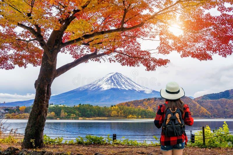 Ταξιδιώτης γυναικών με το σακίδιο πλάτης που κοιτάζει στα βουνά του Φούτζι το φθινόπωρο, Ιαπωνία στοκ εικόνες