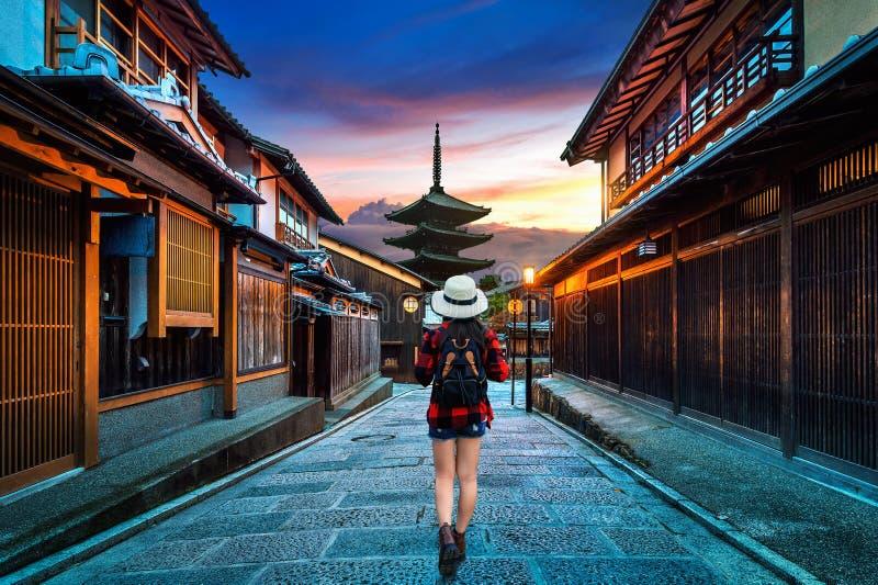 Ταξιδιώτης γυναικών με το σακίδιο πλάτης που περπατά στην παγόδα Yasaka και την οδό Sannen Zaka στο Κιότο, Ιαπωνία στοκ εικόνες
