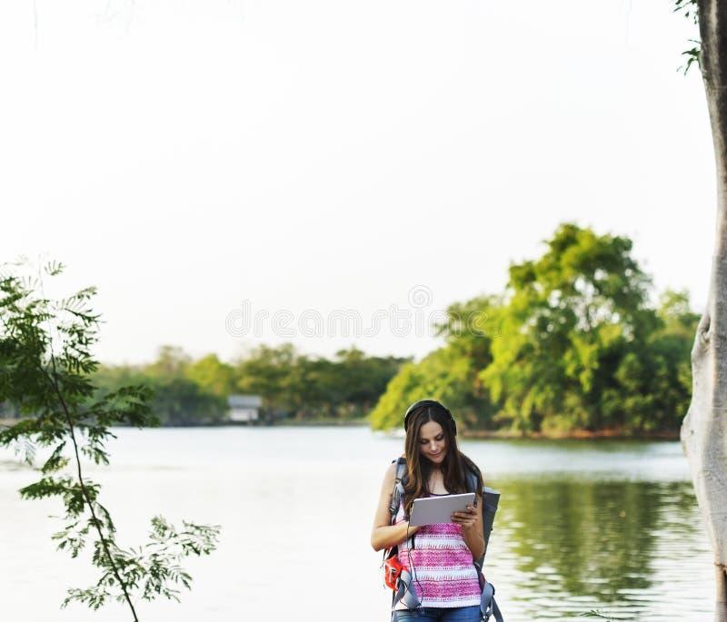 Ταξιδιώτης γυναικών που χρησιμοποιεί τις ψηφιακές συσκευές στοκ εικόνες