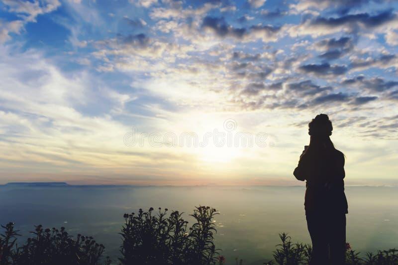 Ταξιδιώτης γυναικών σκιαγραφιών που στέκεται να δει τα βουνά ορεινών περιοχών στοκ φωτογραφία με δικαίωμα ελεύθερης χρήσης