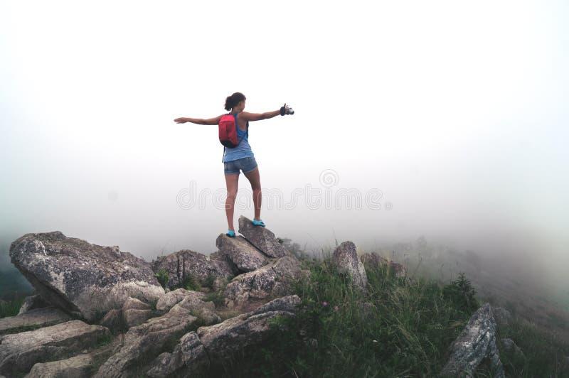 Ταξιδιώτης κοριτσιών με μια κάμερα στα βουνά στοκ φωτογραφία με δικαίωμα ελεύθερης χρήσης