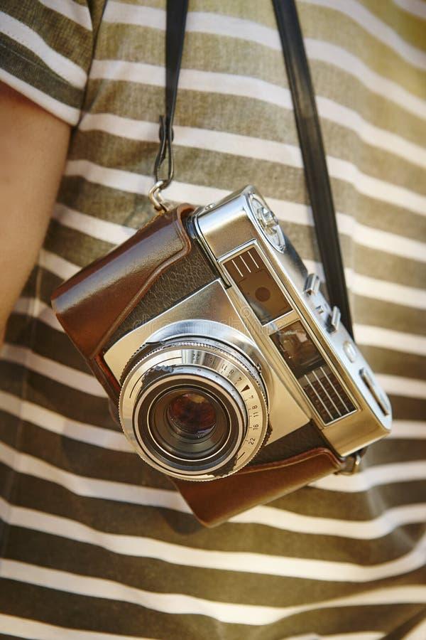 Ταξιδιώτης με την εκλεκτής ποιότητας κάμερα στην επαρχία Backgrou ταξιδιού στοκ φωτογραφίες με δικαίωμα ελεύθερης χρήσης