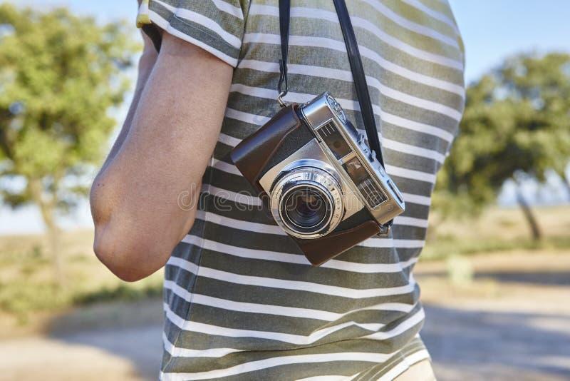 Ταξιδιώτης με την εκλεκτής ποιότητας κάμερα στην επαρχία Backgrou ταξιδιού στοκ εικόνες
