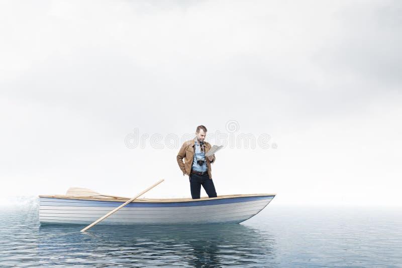 Ταξιδιώτης που εξετάζει το χάρτη στη βάρκα, ανοικτή θάλασσα ελεύθερη απεικόνιση δικαιώματος
