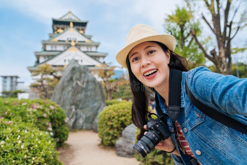 Ταξιδιώτης που επισκέπτεται το κάστρο της Οζάκα μόνο και που παίρνει selfie νέα ασιατική εκμετάλλευση φωτογράφων digicam και έχον στοκ εικόνα με δικαίωμα ελεύθερης χρήσης