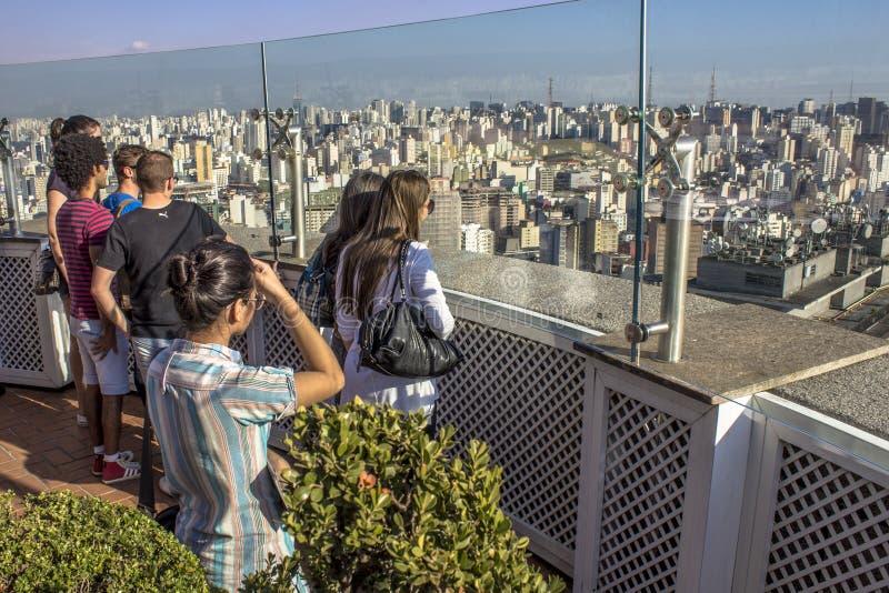 Ταξιδιώτης που κοιτάζει σε μια μεγάλη πόλη, ένα ταξίδι και μια ενεργό έννοια τρόπου ζωής στοκ φωτογραφίες