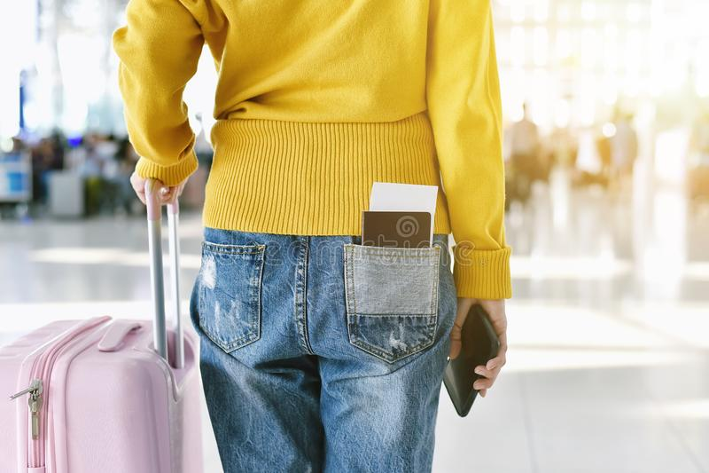 Ταξιδιώτης που στέκεται με αποσκευές στο τερματικό αερολιμένων, επιβάτης που περπατά στο μετρητή εισόδου αναχώρησης στοκ εικόνα