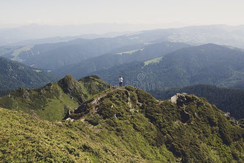 Ταξιδιώτης, στάσεις γυναικών στο ίχνος βουνών στοκ φωτογραφίες με δικαίωμα ελεύθερης χρήσης
