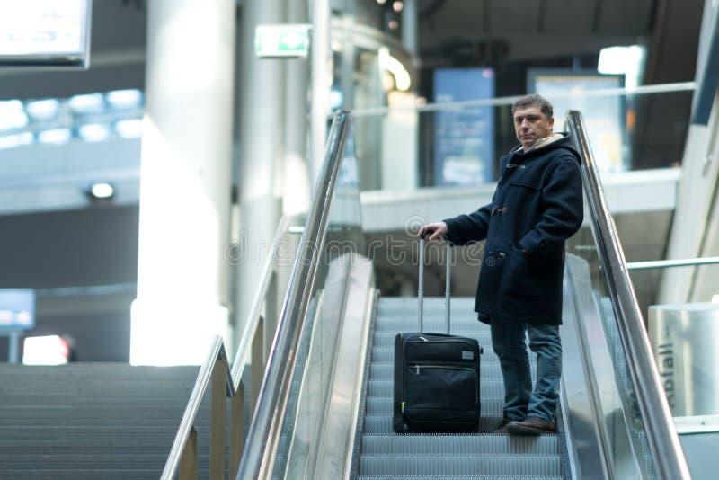 Ταξιδιώτης στην κυλιόμενη σκάλα στον αερολιμένα στοκ φωτογραφία με δικαίωμα ελεύθερης χρήσης