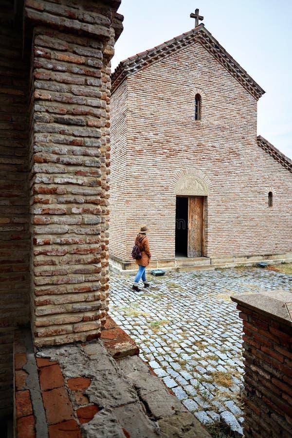 Ταξιδιώτης στη Γεωργία κοντά στην εκκλησία στοκ εικόνες