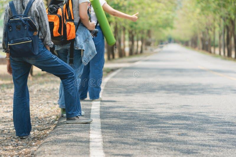Ταξιδιώτης τριών γυναικών που ψάχνει την κατεύθυνση στο χάρτη θέσης διακινούμενος στοκ εικόνες