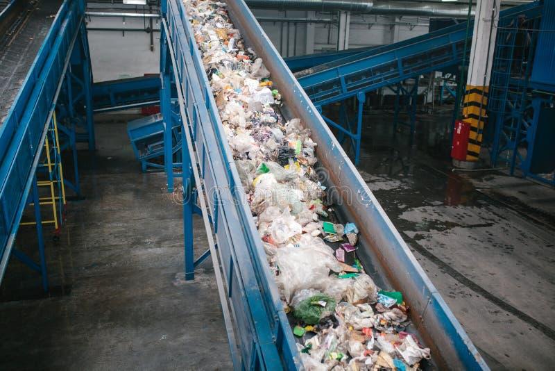 Ταξινομώντας εγκαταστάσεις αποβλήτων Μεταφορέας στον οποίο τα απόβλητα κινούνται στοκ φωτογραφία με δικαίωμα ελεύθερης χρήσης