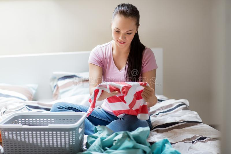 Ταξινομώντας πλυντήριο γυναικών ή νοικοκυρών στο σπίτι στοκ φωτογραφία με δικαίωμα ελεύθερης χρήσης
