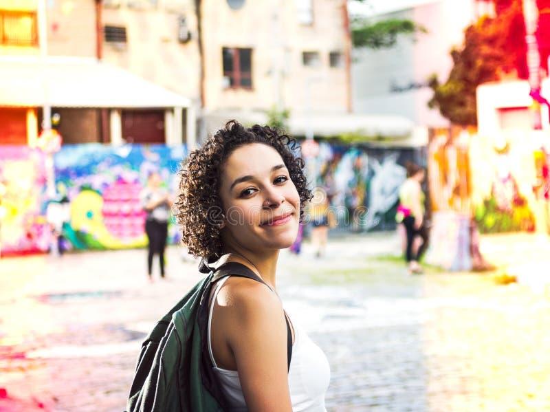 Ταξιδιωτική γυναίκα με το σακίδιο πλάτης στην πόλη στοκ εικόνες