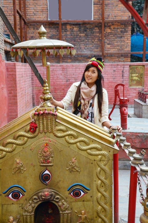 Ταξιδιωτική ταϊλανδική γυναίκα με τα μάτια φρόνησης στο Νεπάλ στοκ φωτογραφία