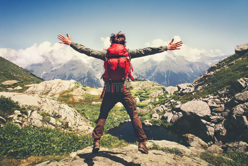 Ταξιδιωτικό άτομο με τα χέρια άλματος σακιδίων πλάτης που αυξάνονται στοκ φωτογραφία με δικαίωμα ελεύθερης χρήσης