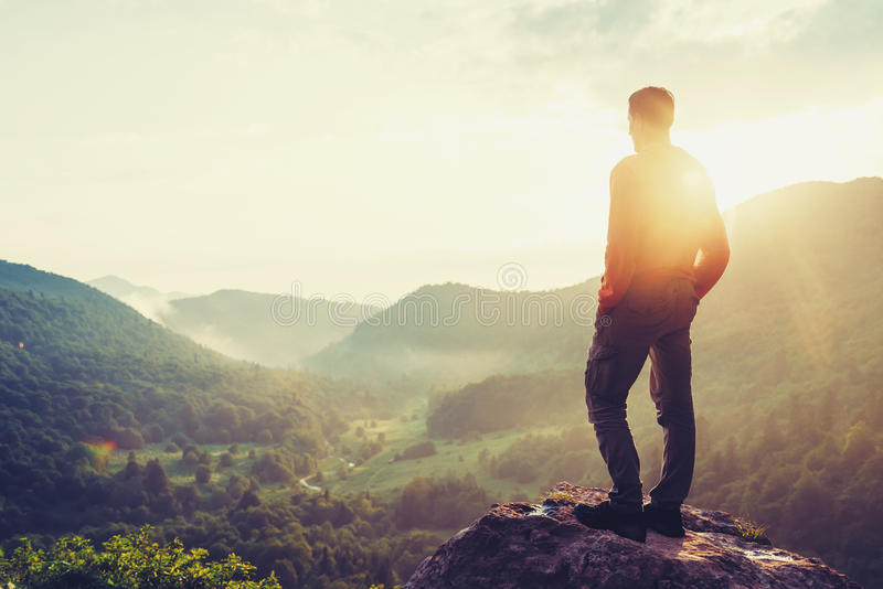 Ταξιδιωτικό άτομο που απολαμβάνει τη θέα της φύσης στοκ φωτογραφίες