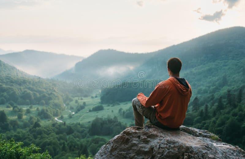 Ταξιδιωτικό άτομο που στηρίζεται στην πέτρα στοκ φωτογραφία με δικαίωμα ελεύθερης χρήσης