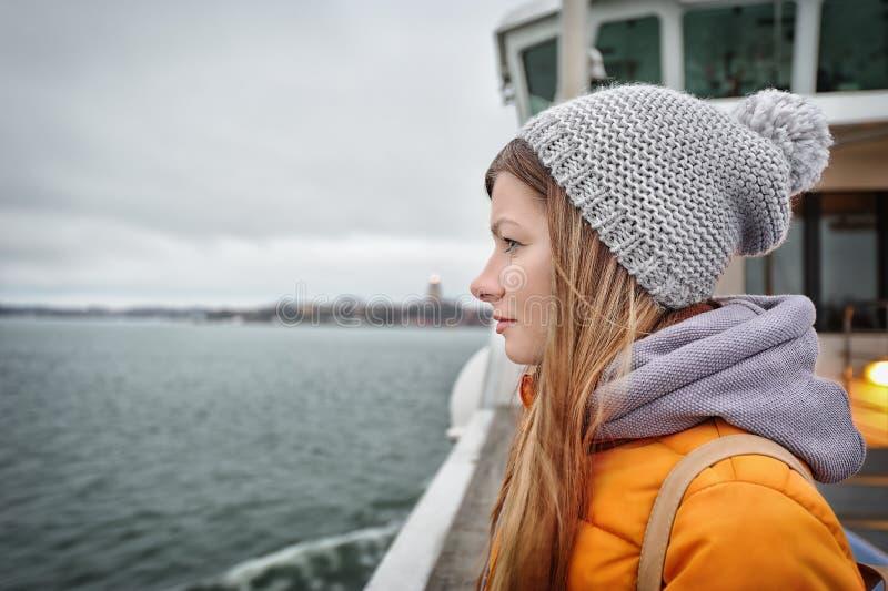 Ταξιδιωτικό κορίτσι που εξετάζει τη θάλασσα στοκ φωτογραφία