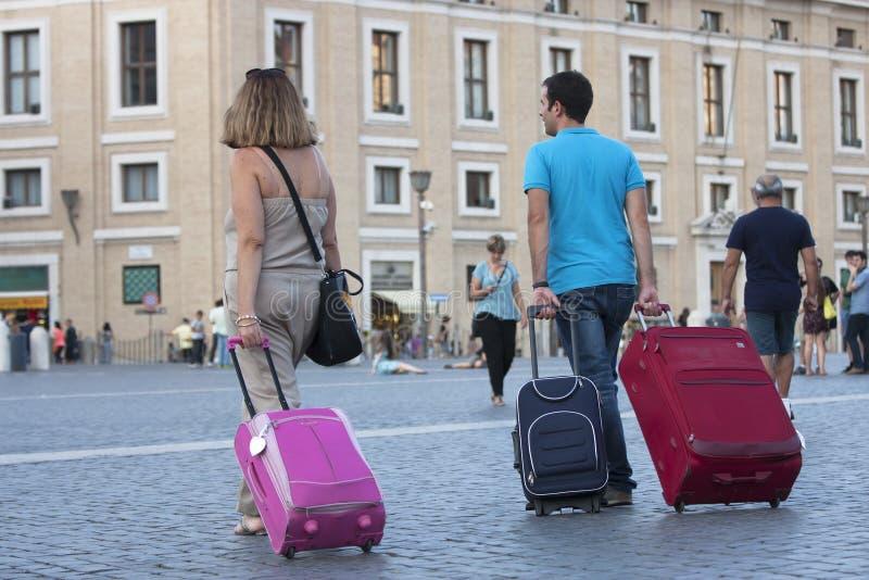 Ταξιδιώτες με τις βαλίτσες στοκ φωτογραφίες
