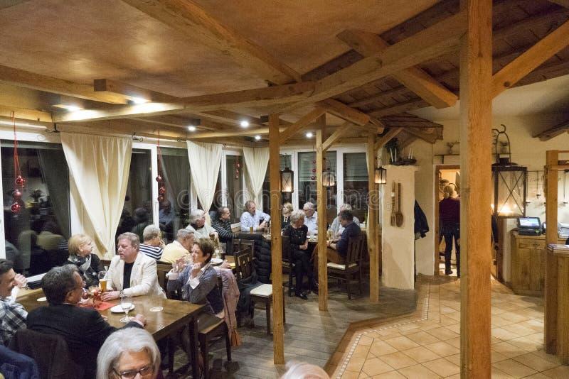 Ταξιδιώτες που χαλαρώνουν μετά από ένα γεύμα στοκ εικόνες