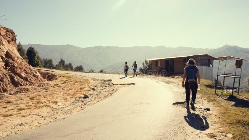 Ταξιδιώτες σε έναν σκονισμένο δρόμο βουνών στοκ φωτογραφίες με δικαίωμα ελεύθερης χρήσης