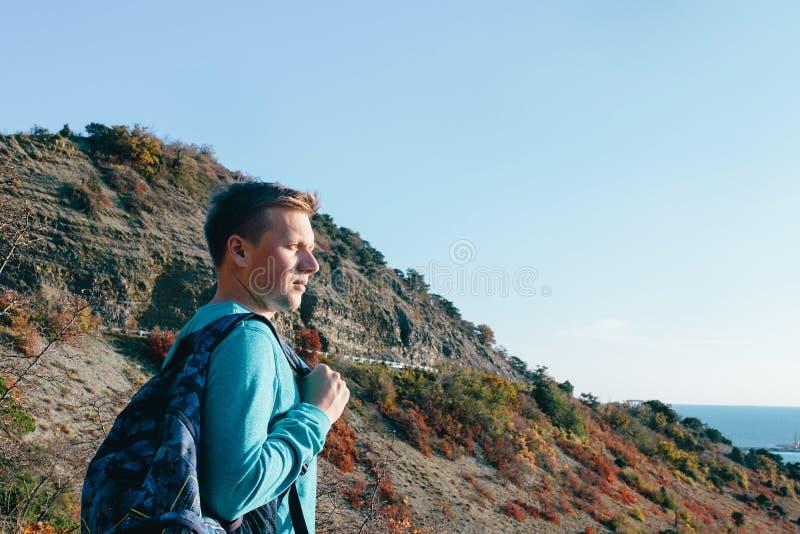 Ταξιδιώτης ατόμων που στέκεται στο υπόβαθρο του βουνού στοκ εικόνες με δικαίωμα ελεύθερης χρήσης