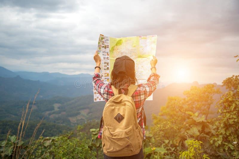 Ταξιδιώτης γυναικών με το χάρτη ελέγχων σακιδίων πλάτης στοκ εικόνα