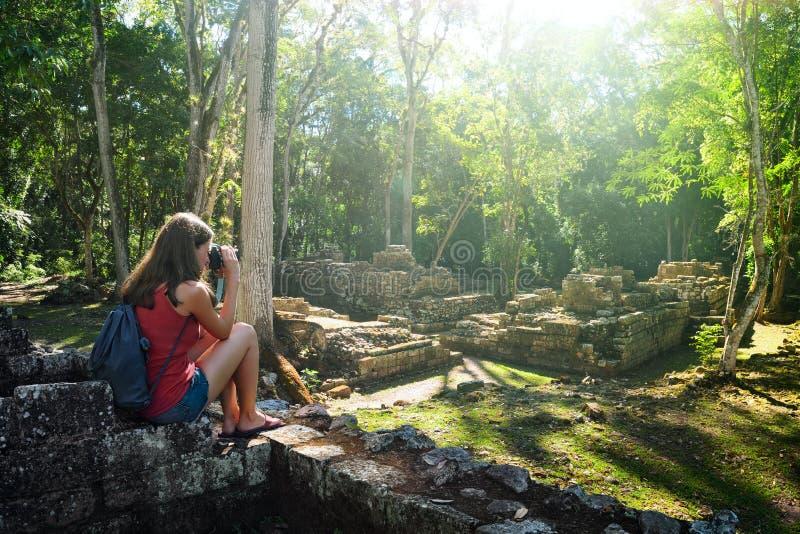 Ταξιδιώτης γυναικών που φωτογραφίζει τις αρχαίες των Μάγια καταστροφές στοκ εικόνες