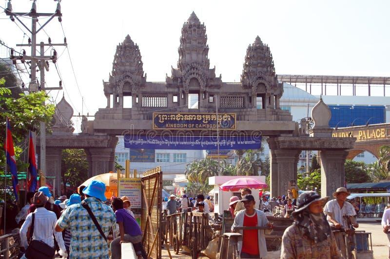 Ταξιδιώτης και άνθρωποι Combodian που περπατούν μέσω των συνόρων στην Καμπότζη στοκ φωτογραφίες