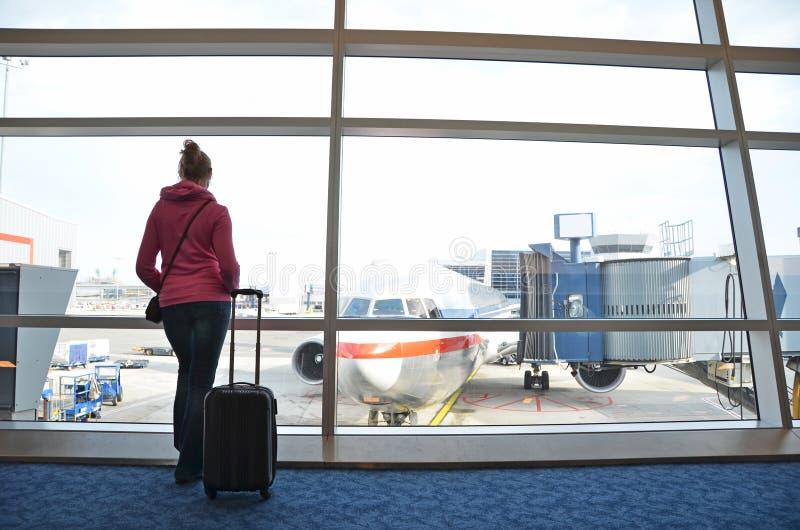 Ταξιδιώτης με μια βαλίτσα στοκ φωτογραφίες