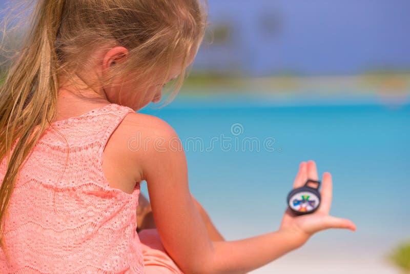 Ταξιδιώτης μικρών κοριτσιών με μια πυξίδα στο χέρι επάνω στοκ εικόνες