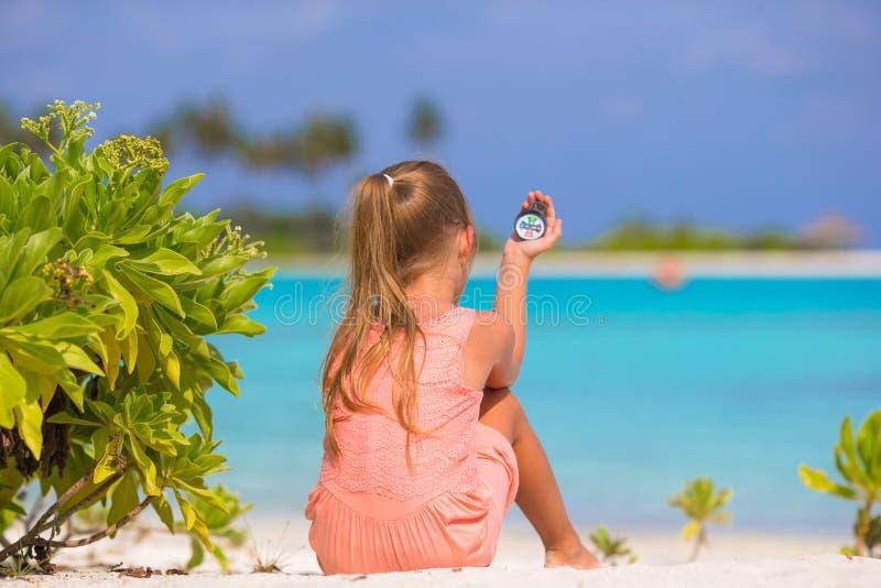 Ταξιδιώτης μικρών κοριτσιών με μια πυξίδα στο χέρι επάνω στοκ φωτογραφία με δικαίωμα ελεύθερης χρήσης