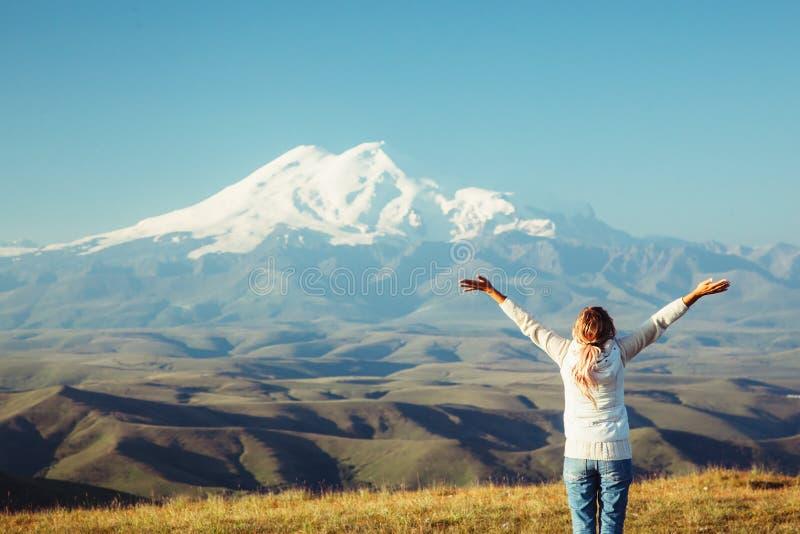 Ταξιδιώτης που κοιτάζει στο βουνό Elbrus στοκ φωτογραφίες