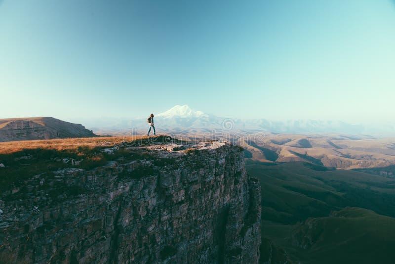 Ταξιδιώτης που κοιτάζει στο βουνό Elbrus στοκ φωτογραφίες με δικαίωμα ελεύθερης χρήσης