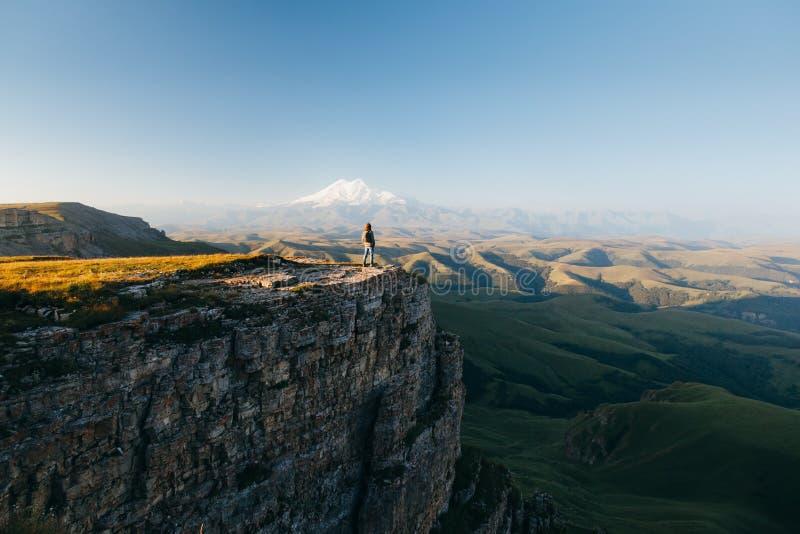 Ταξιδιώτης που κοιτάζει στο βουνό Elbrus στοκ εικόνες
