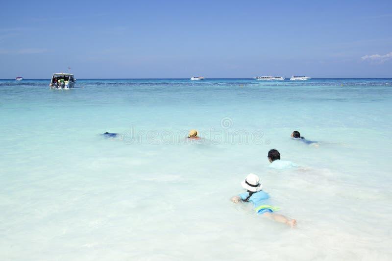 Ταξιδιώτης που κολυμπά στη σαφή όμορφη θάλασσα νερού στοκ φωτογραφία με δικαίωμα ελεύθερης χρήσης