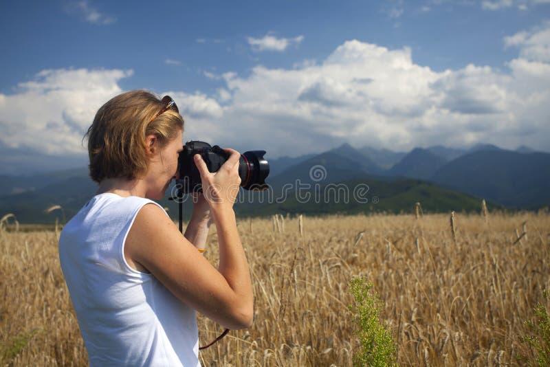 Ταξιδιώτης που παίρνει τις φωτογραφίες - έννοια τουρισμού στοκ εικόνες