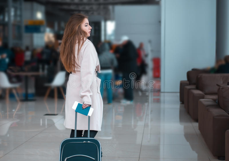 Ταξιδιώτης που περπατά την αίθουσα αερολιμένων στοκ φωτογραφίες
