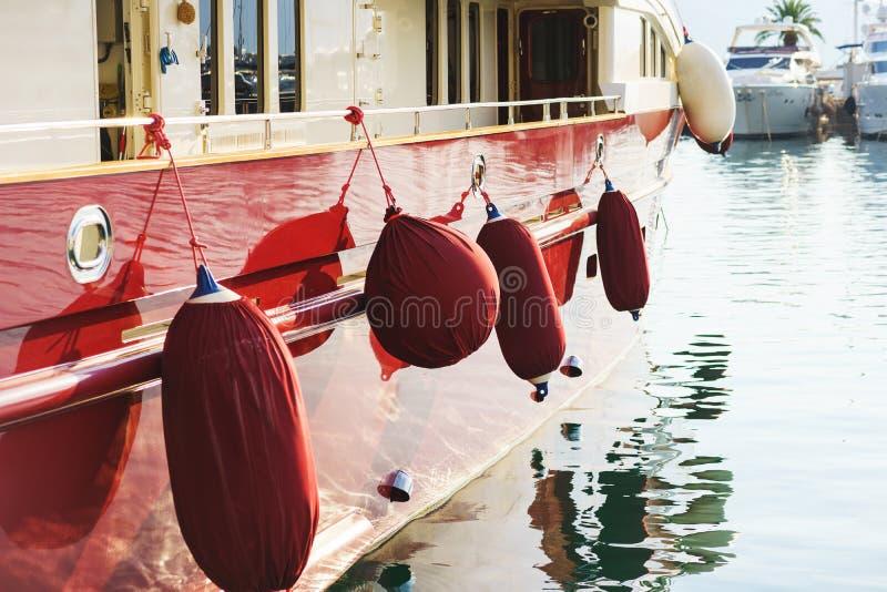 Ταπετσαρία διακοπών με τη θάλασσα και τα γιοτ Ακριβό γιοτ πολυ-γεφυρών θάλασσας πολυτέλειας που δένεται στην αποβάθρα στοκ φωτογραφία με δικαίωμα ελεύθερης χρήσης