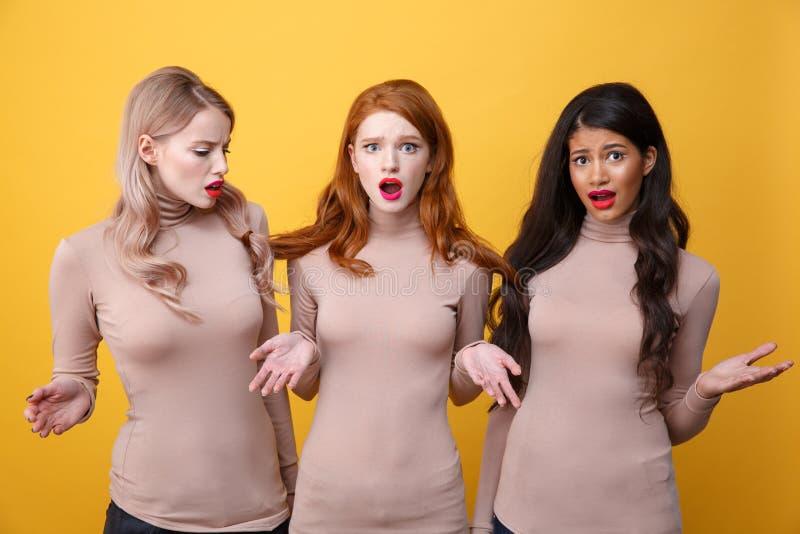 Ταραγμένες τρεις κυρίες που στέκονται με τη δεμένη τρίχα στοκ εικόνες