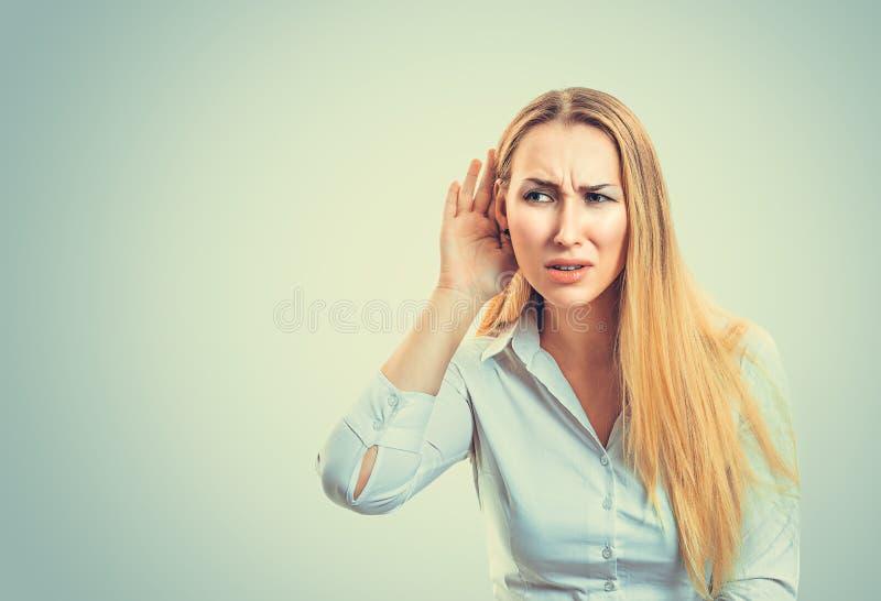 Ταραγμένη γυναίκα που προσπαθεί να ακούσει ευδιάκριτα στοκ φωτογραφίες με δικαίωμα ελεύθερης χρήσης