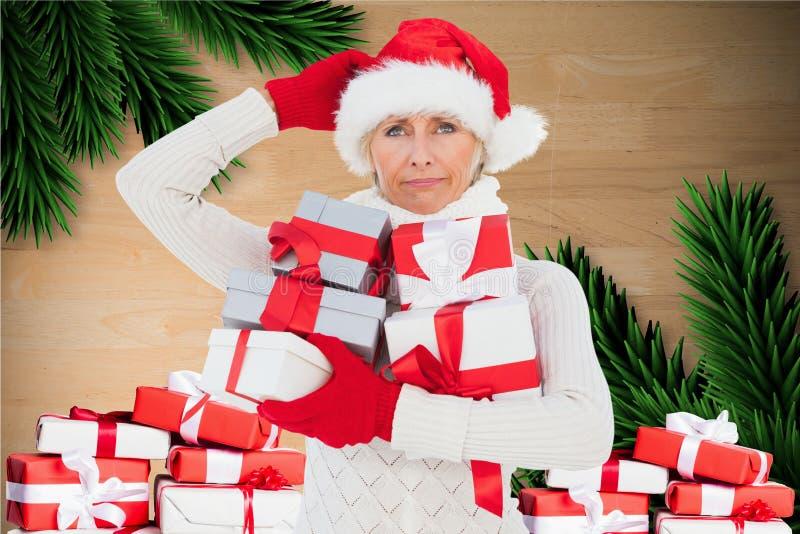 Ταραγμένη γυναίκα στο δώρο Χριστουγέννων εκμετάλλευσης καπέλων santa στοκ εικόνα με δικαίωμα ελεύθερης χρήσης